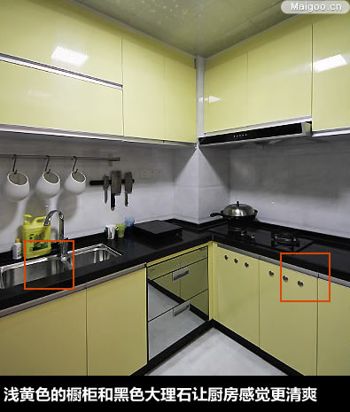 麻石的柜身以及黑金沙大理石台面;厨房地柜上镶嵌