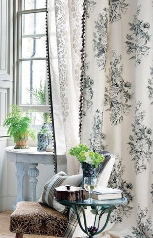 空间/窗纱上印有灰色细线条花草图案,并且帘边采用流苏装饰,适合...