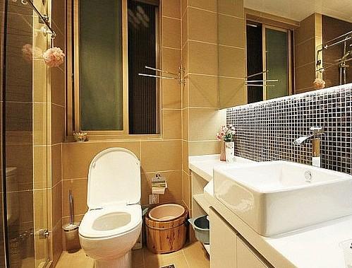 一般来说,深色马赛克的浴室空间内应搭配轻松、明快颜色的卫浴用