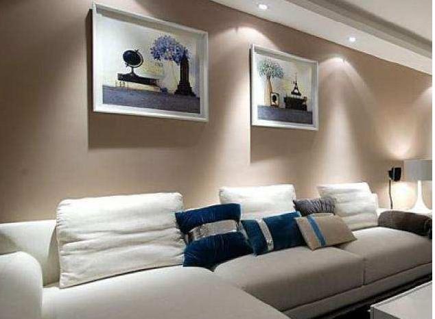 浅色沙发搭配暖色调的装饰画;鲜亮的沙发配上中性