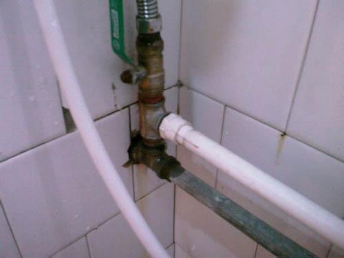 厕所粘胶水的视频