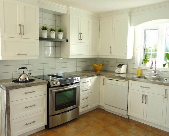 厨房中墙面可以选用防火型的塑胶壁纸,防火板和瓷砖,这些材料便于清洁图片