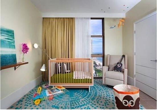 2、选择婴儿房家具 如何挑选儿童家具?使用能拆装重组的家具,可以让它们在孩子变成大男孩或大女孩时,仍然能用。儿童房内不要铺装塑胶地板,市面上的有些泡沫塑料制品(类似于拖鞋材料),比如,可以将婴儿床重新拼装成幼儿睡的床,使用可以改装成课桌的桌子。儿童床垫应有什么可以免费领红包成较硬的结构,因为在儿童的发育过程中,过早地使用太软的弹簧床垫,会造成儿童脊椎变形。要预防宝宝趁人不备爬到上面发生危险。九正家居网提醒为防止上述情况,窗下尽量少放置可以攀爬的物品。