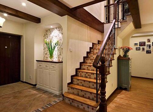 避免对脚部造成伤害,可选用木地板或是铺地板 (4)楼梯设计时一定要