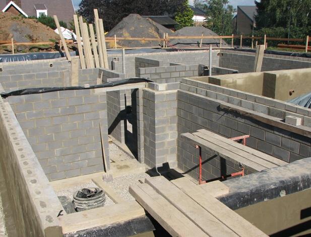 砖混结构是混合结构的一种,是采用砖墙来承重,钢筋混凝土梁柱板等构件