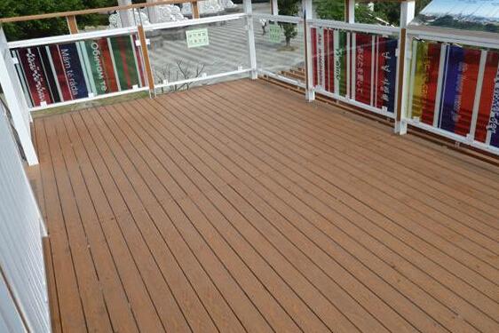 深度碳化木材,防腐木、塑木型材,PVC微发泡型材都适用于户外凉亭、廊架、护栏的制作安装。 6、共挤型户外地板 是在塑木户外地板的基础上,在塑木表面均匀而牢固地包覆着高分子材料保护层。这种业内最先进的挤出成型技术,除了保留传统塑木的优点外,还具有超强耐磨、抗刮、抗污和耐候性,更加美观耐用,纹理更逼真而持久,更具有观赏价值和美学享受。 以上就是九正家居网为大家讲述的适合做户外地板的地板,大家都清楚了吗?更多的家装知识请关注九正家居网。 九正家居网更多资讯