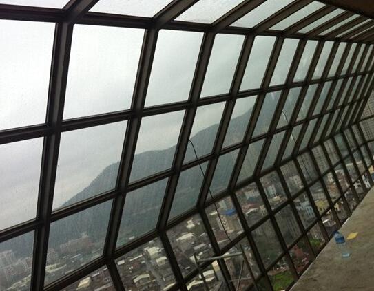 玻璃幕墙与主体结构连接的钢结构件采用三维可调连接件.