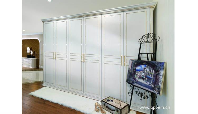 白色的衣柜色调简单而优雅