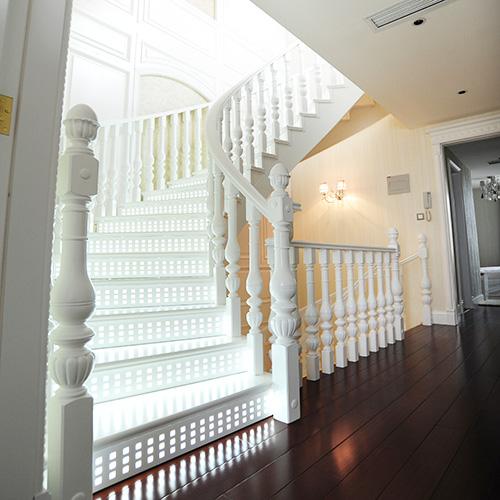 产品分类: 别墅楼梯  产品参数:原木楼梯,实木楼梯,立柱 801#,柱头8