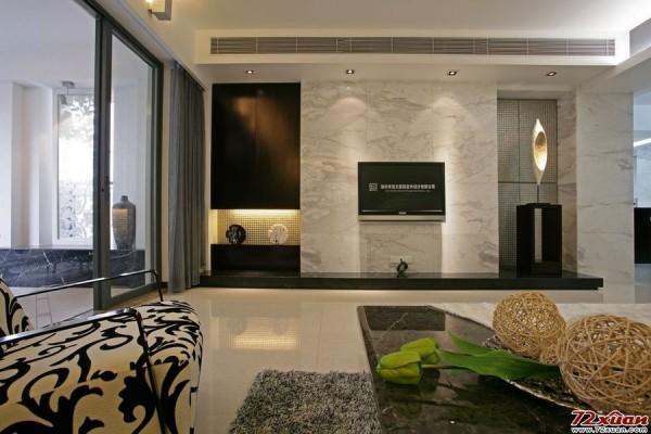 电视背景墙使用了大理石花纹的材质