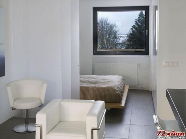 卧室的窗户将室外的风景打造成一幅随时变化的风景画.
