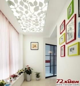 照片墙玄关的走道吊顶,处理成了白色曼妙枝藤雕花,再辅以灯带处理,不