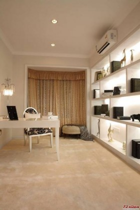 设计师用罗马柱让客厅电视墙的欧式