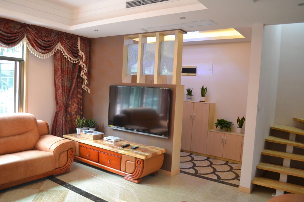 小别墅客厅电视背景墙隔断效果图欣赏